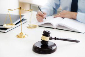 abogado-justicia-juez-mazo-trabajando-documentos-legales-sala-tribunal_1936-742
